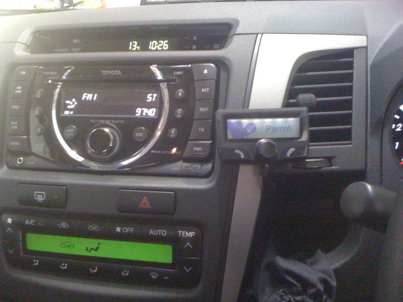 Toyota-Hilux-2010-Parrot-CK3100.JPG
