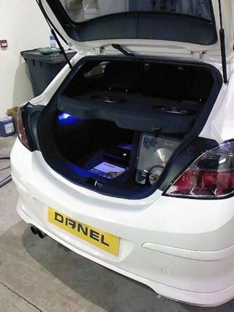 Vauxhall_Astra_Alpine_Boot_Install