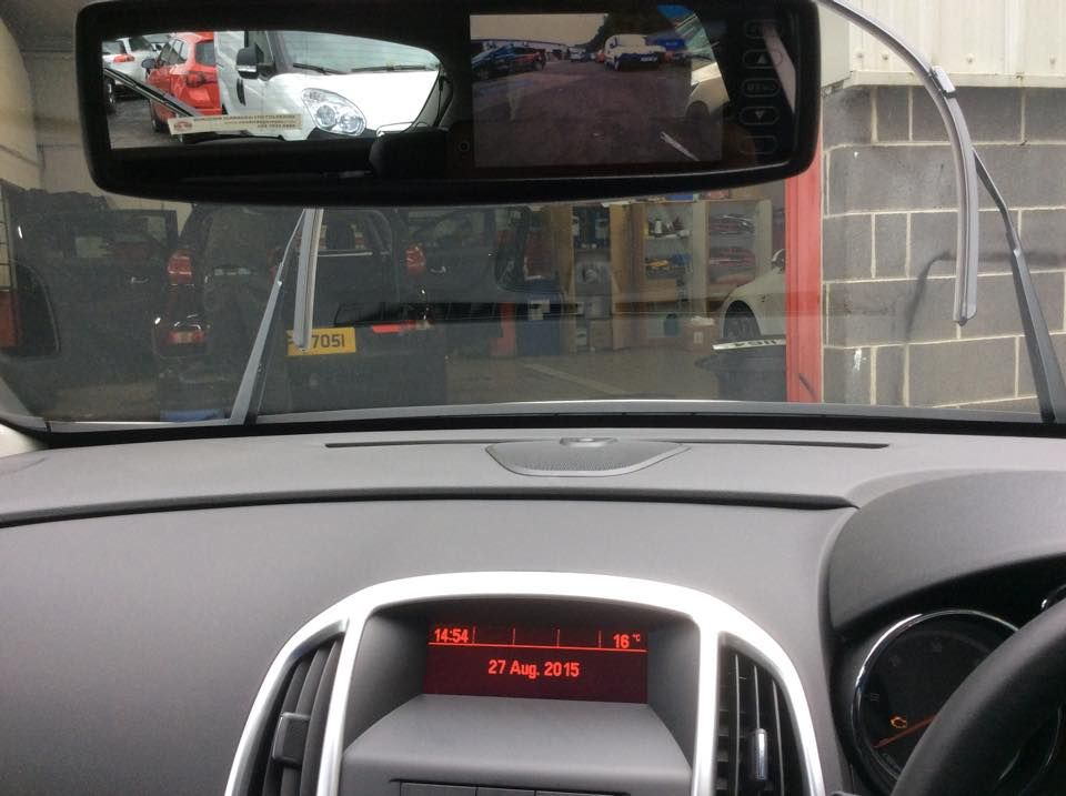 vauxhall_astra_with_reverse_cam_in_rear_view_mirror